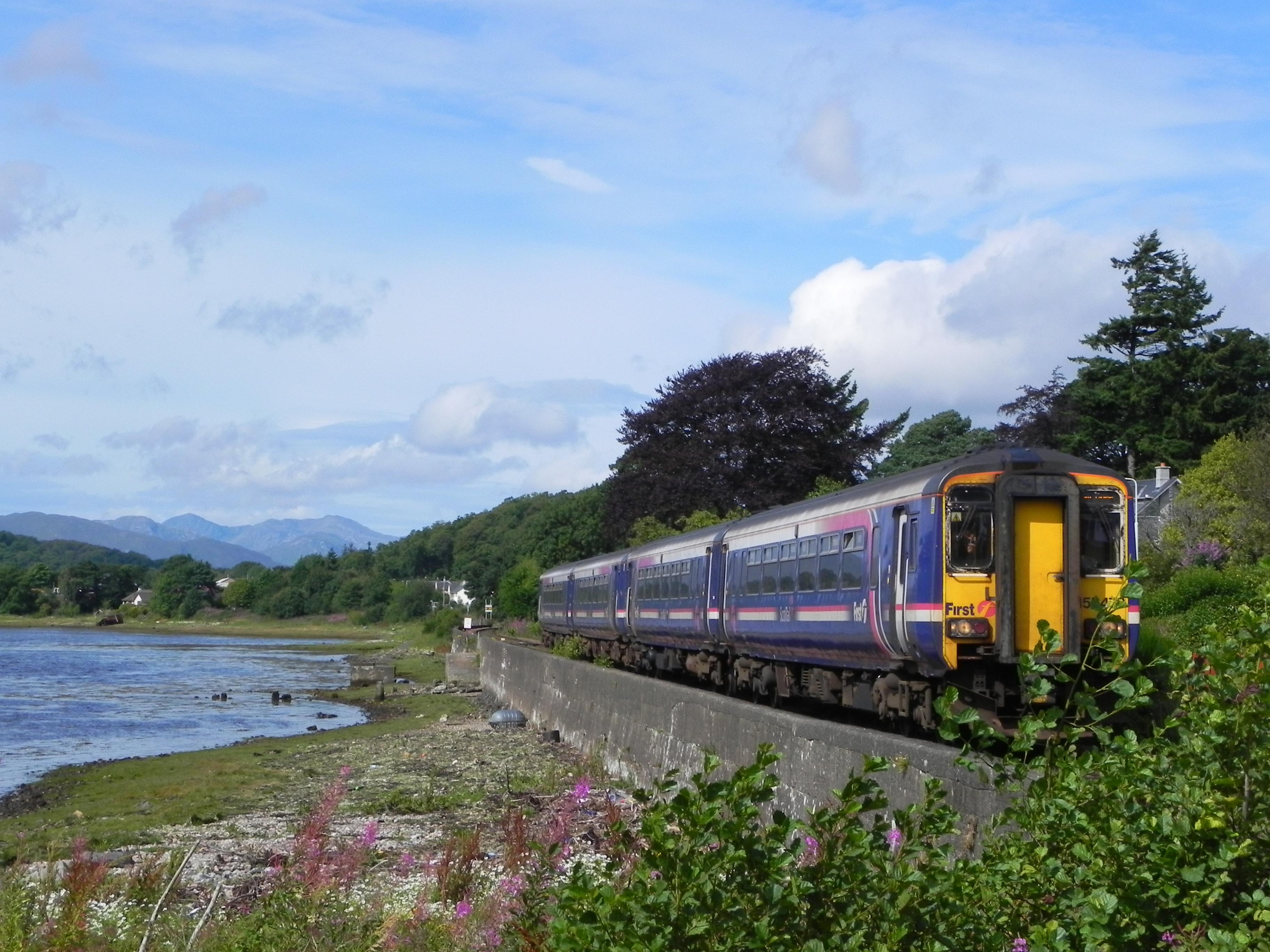 Zug von Mallig nach Glasgow bei Corpach