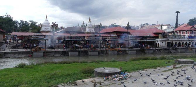 Flammen an der Pashupatinath Tempelanlage